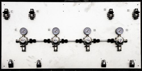 Montagetafeln aus Chromnickelstahl Ausführung inklusive Wandhaltern mit Absperrhahn